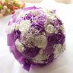 La novia de la cinta color perla rosa cinta cinta sosteniendo flores