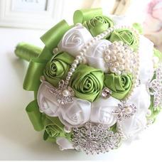 Nueva novia a mano fruta fresca verde con flores