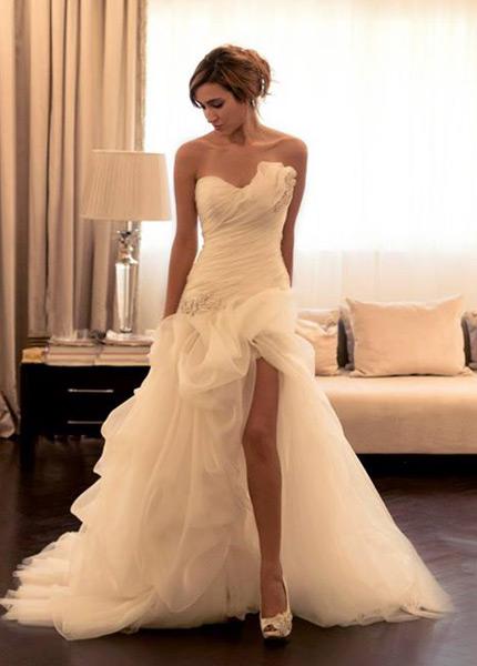 vestido de novia romántico organza apertura frontal con velo fuera
