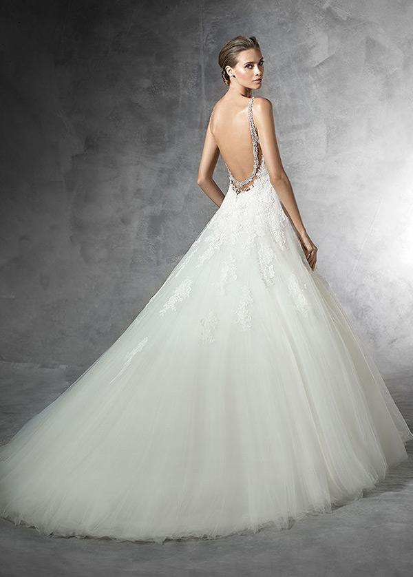 vestido de novia espalda descubierta con velo natural escote de